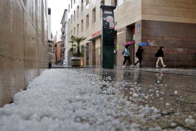 Granizo acumulado este mediodía en una calle del centro de València. EFE