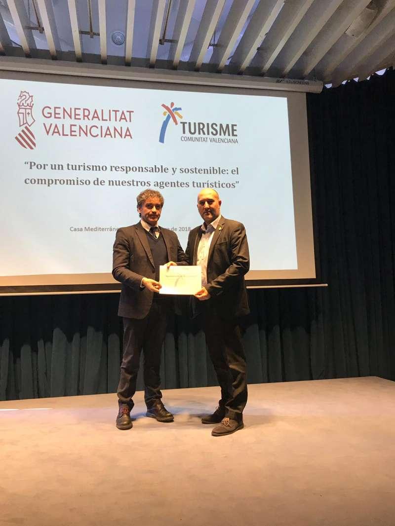 Colomer entrega el reconocimiento a Paco Gómez. EPDA