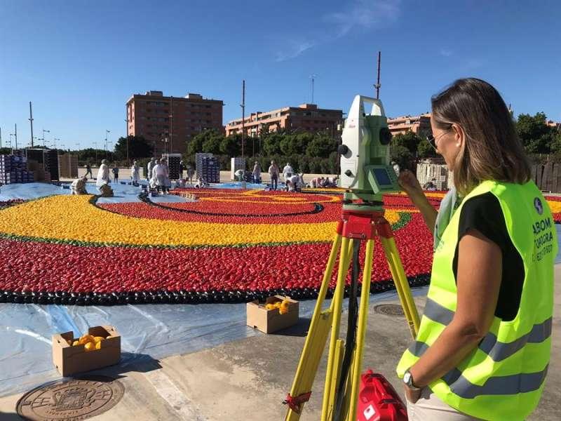 Corazón de frutas y hortalizas con 20.000 kilos de producto y 550 metros cuadrados, en una imagen de la organización