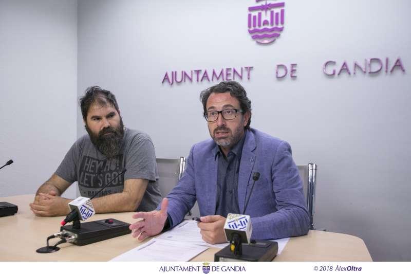 El coordinador general d?Urbanisme de Gandia, Vicent Mascarell, acompanyat pel regidor de Gestió Responsable del Territori, Xavier Ródenas. EPDA