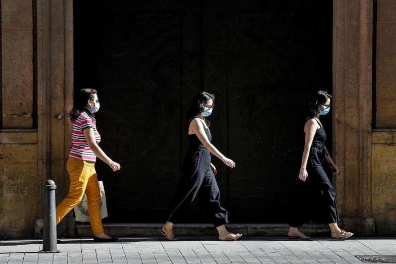 En la imagen, varias personas protegidas con mascarillas, hoy, sexagésimo octavo día del estado de alarma, en València. EFE
