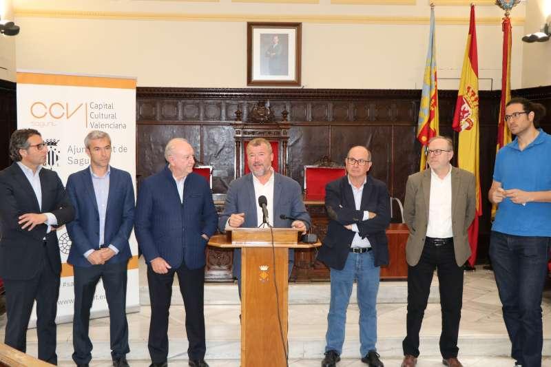 Representantes del Grupo AZA con el alcalde y otros concejales del equipo de gobierno de Sagunt. EPDA