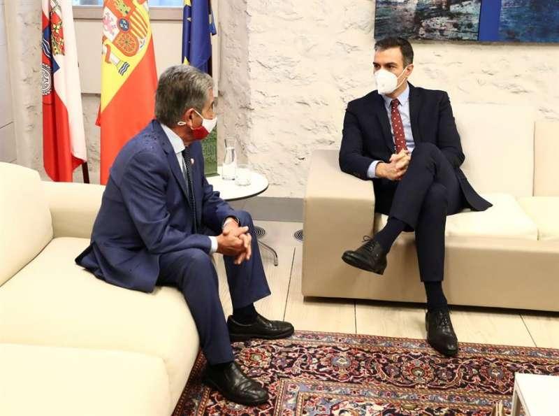 El presidente del Gobierno, Pedro Sánchez (d) durante su encuentro con el presidente cántabro, Miguel Ángel Revilla (i) en Comillas, Santander este viernes. EFE