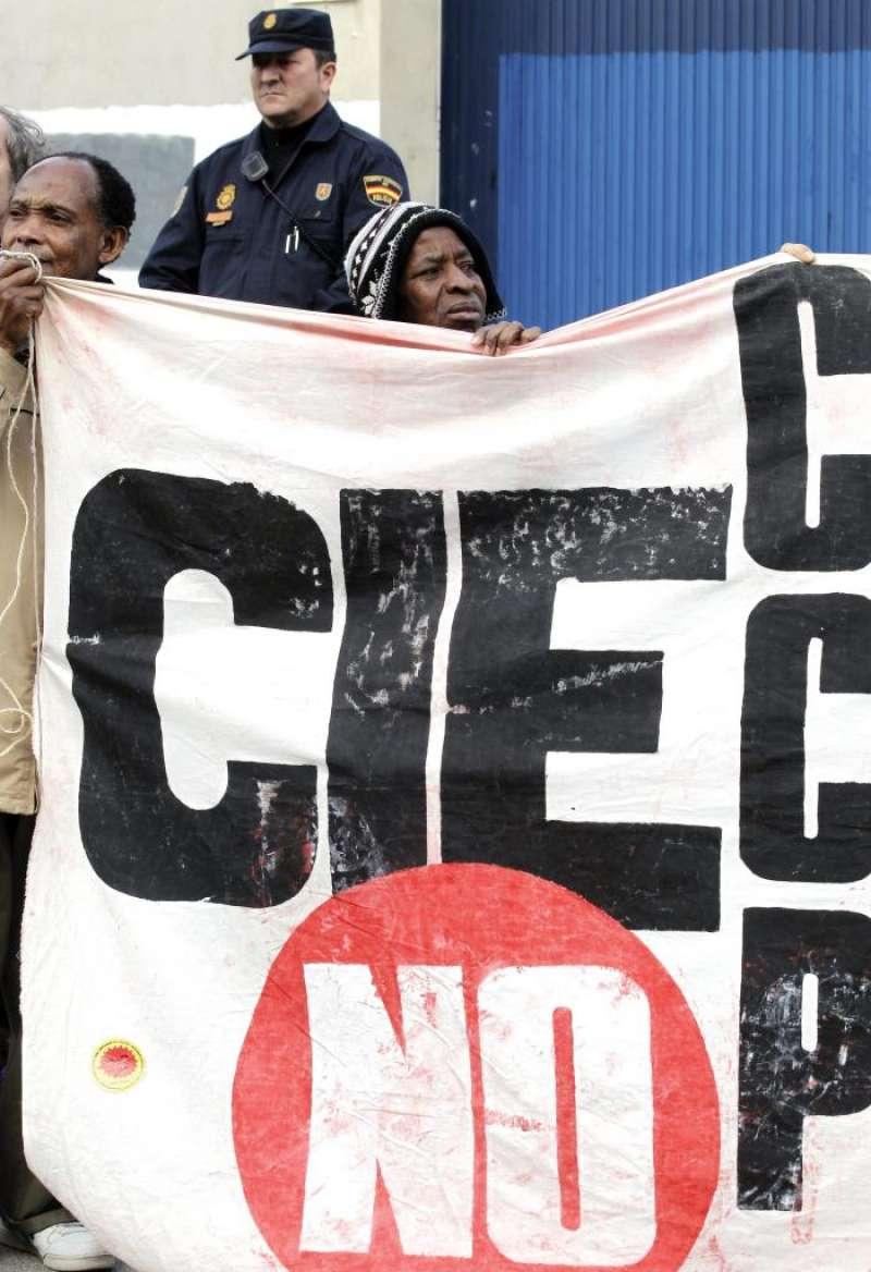 Miembros de la Comisión de Ayuda al Refugiado (CEAR) y del Movimiento 15M e inmigrantes, en un acto para reclamar el cierre de los Centros de Internamiento para Extranjeros (CIE). EFE/Archivo