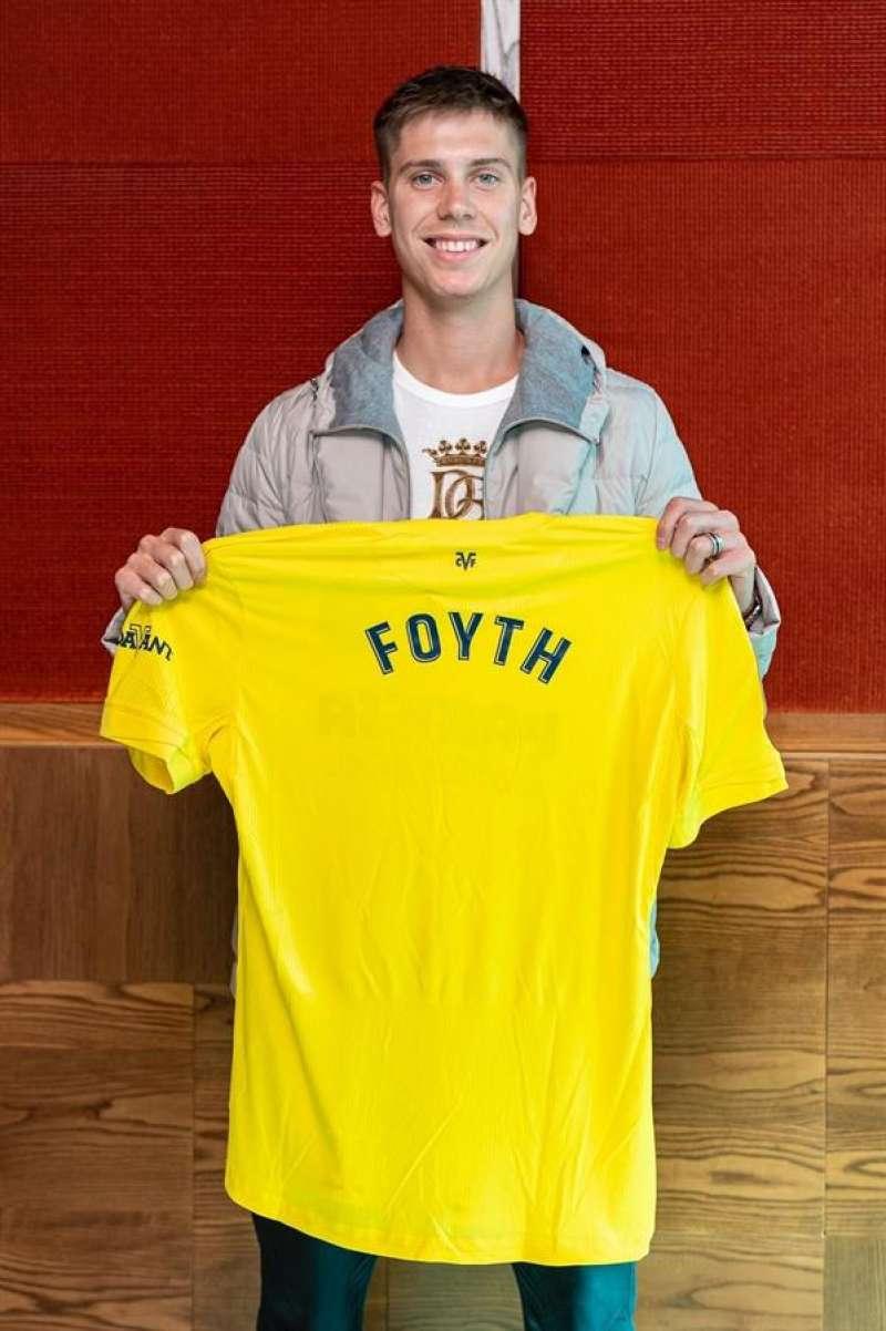 El defensa argentino Juan Foyth posa con la camiseta del Villarreal, en una imagen cedida por el club castellonense. EFE