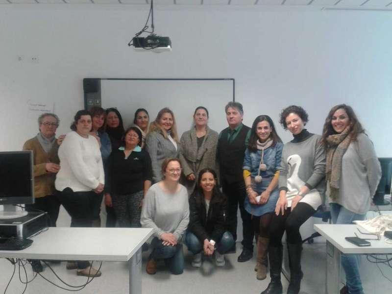 Andrés Martínez, AEDL comarcal, con las alumnas del curso. EPDA