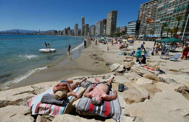 Cientos de turistas acudieron ayer a las playas levantinas como la de Levante en Benidorm en una jornada marcada por las altas temperaturas. EFE