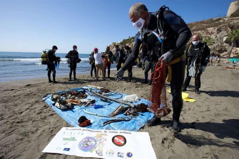 Recogida de residuos en la playa. EPDA
