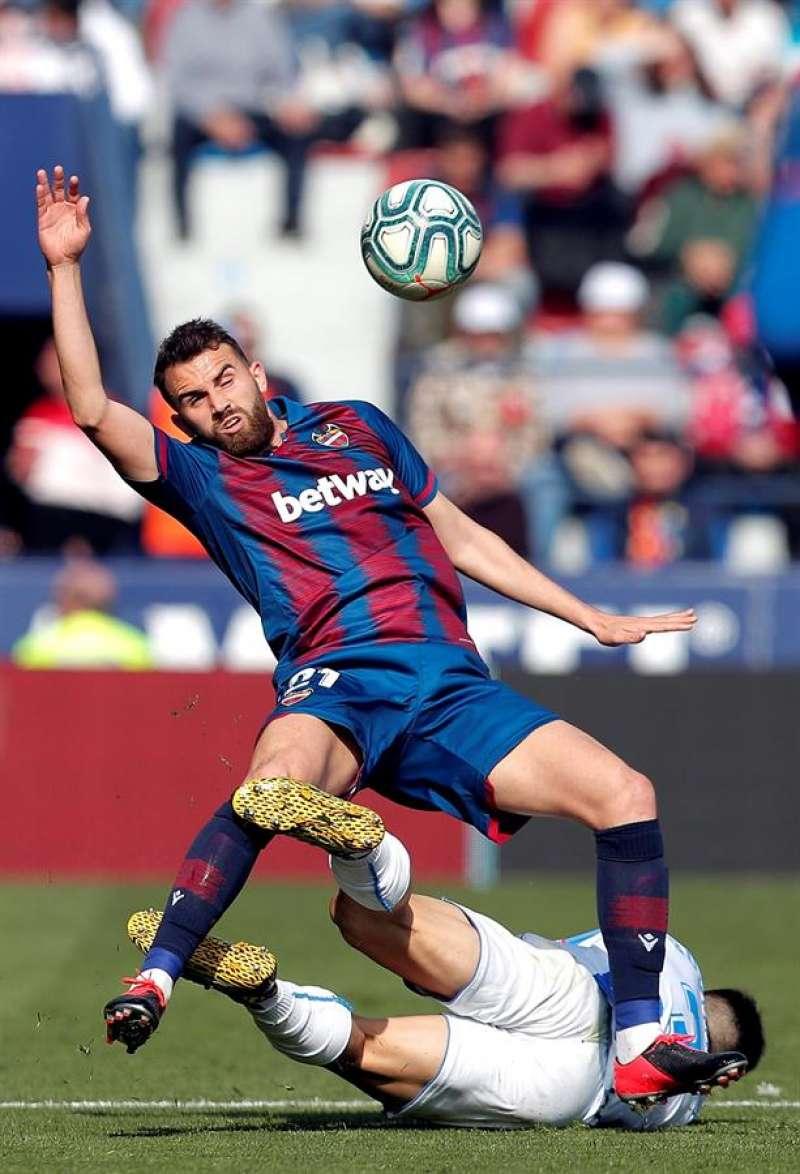 Borja Mayoral, del Levante, disputa un balón durante un partido. EFE/Kai Försterling/Archivo