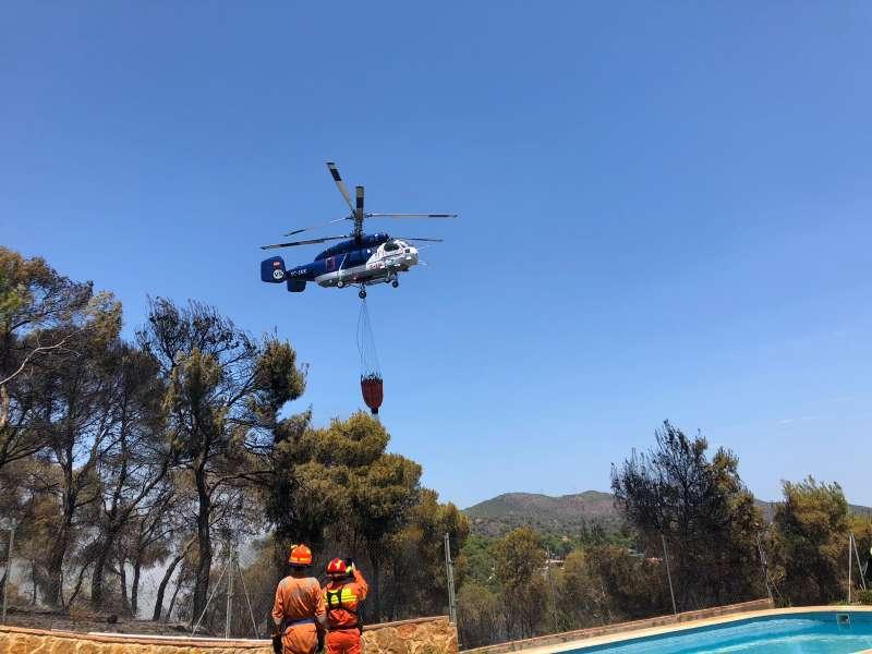 Bomberos y un medio aéreo en la extinción del incendio de Albalat dels Tarongers. EPDA