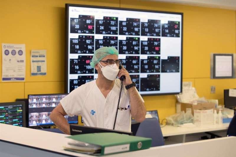 Un profesional sanitario trabaja en la UCI. EFE/Alberto Estévez/Archivo