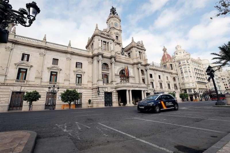 Un coche de la Policía Nacional ante la fachada del Ayuntamiento de Valéncia. EFE/ Juan Carlos Cárdenas/Archivo