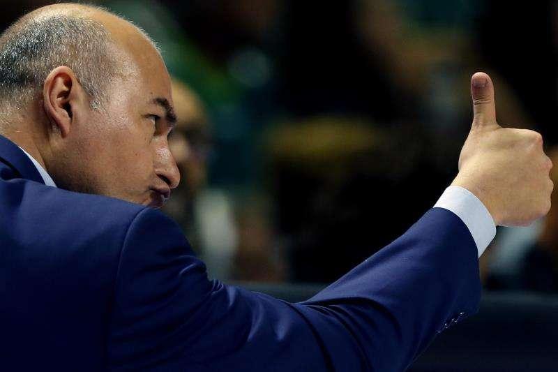 El entrenador del Valencia Basket, Jaume Ponsarnau, realiza indicaciones a sus jugadores. EFE/Archivo