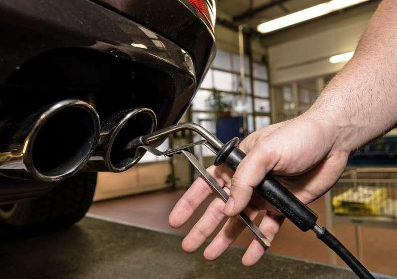 Un técnico mide las emisiones de un vehículo. / EPDA