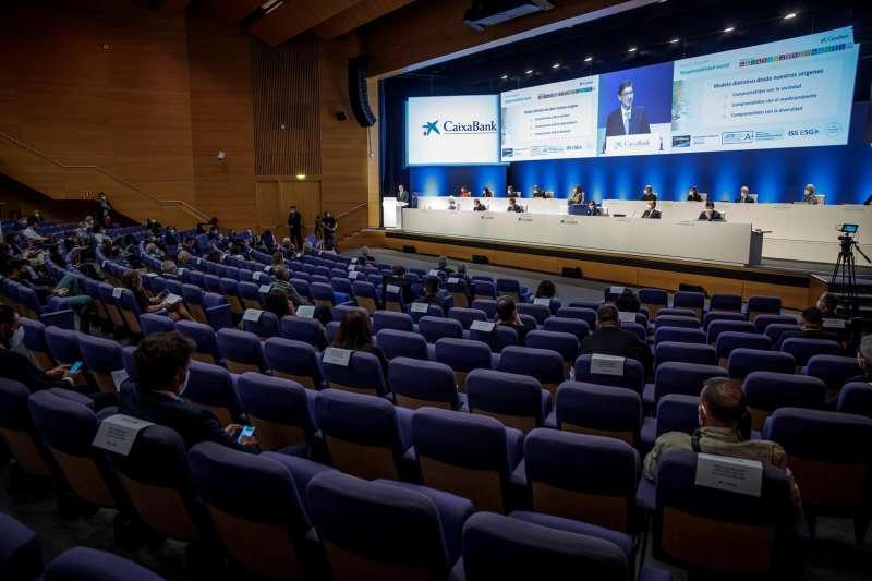 Junta general ordinaria de accionistas de CaixaBank, la primera desde que se hiciera efectiva la fusión con Bankia, que ha dado lugar al primer banco del país, y en plena negociación de un ERE con los sindicatos para recortar la plantilla.