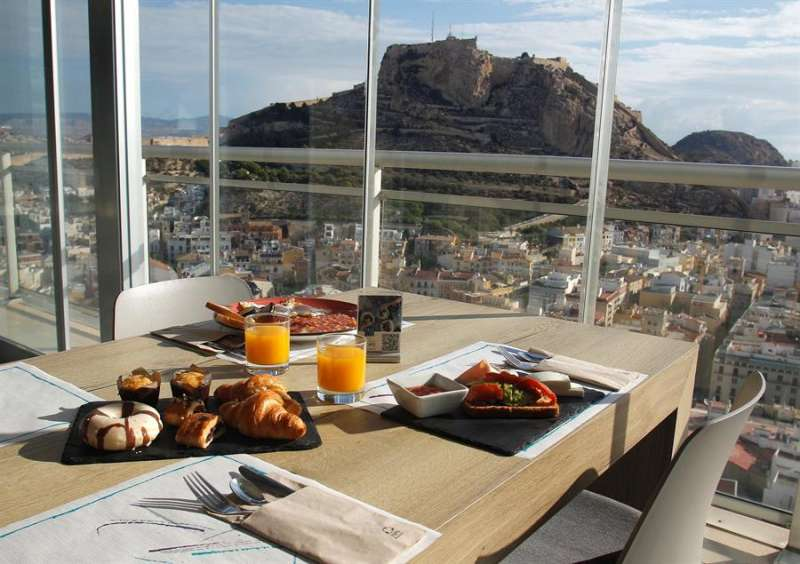Desayuno con vistas en el hotel el Gran Sol, del grupo Meliá, en Alicante. EFE