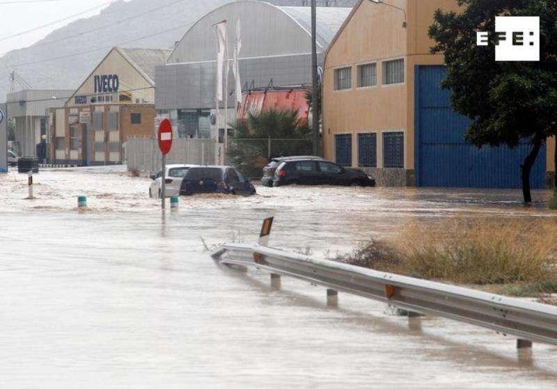 Imagen de la entrada Norte de Orihuela por la N-340, cortada debido a las lluvias.EFE/ Morell
