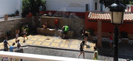 Unos niños achicharrados por el calor se refrescan en una fuente de un pueblo valenciano. FOTO ENCARNA BENÍTEZ