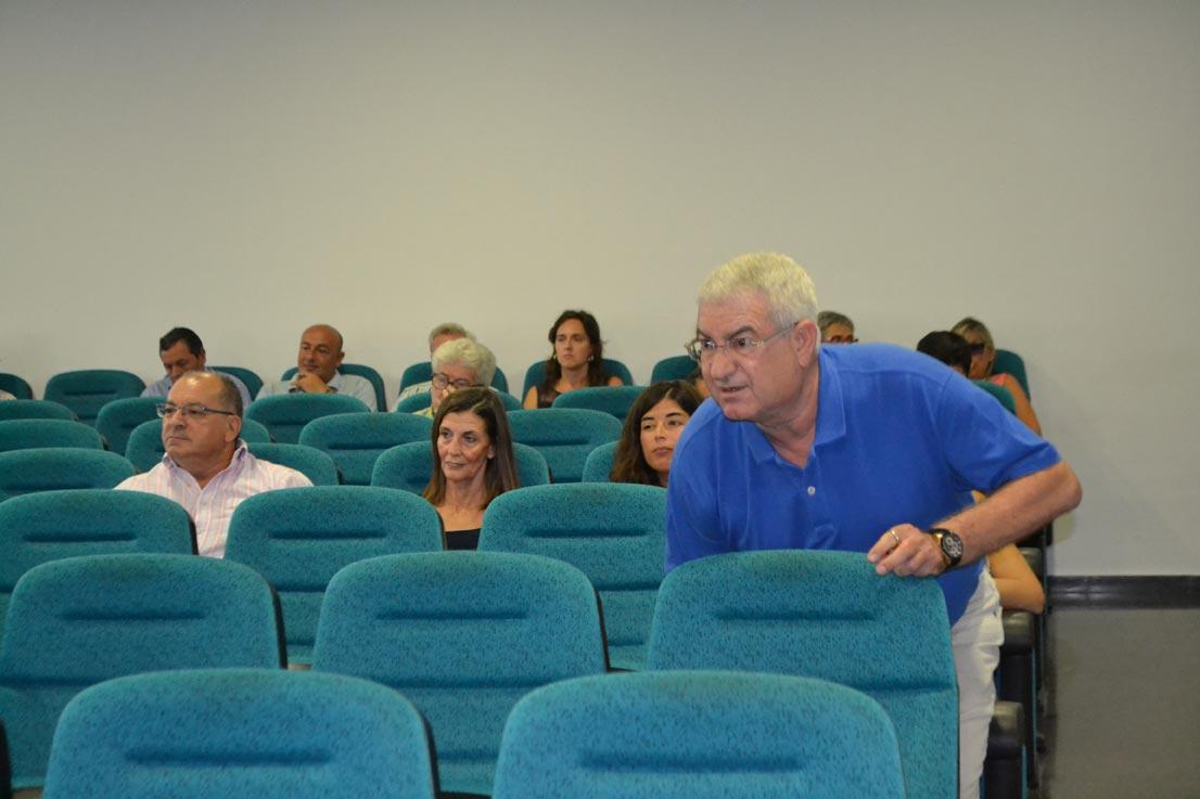 Salvador Vidal, técnico de Escuelas, también estuvo en el salón de plenos. Detrás, la mujer de Sancho. FOTO P. V.