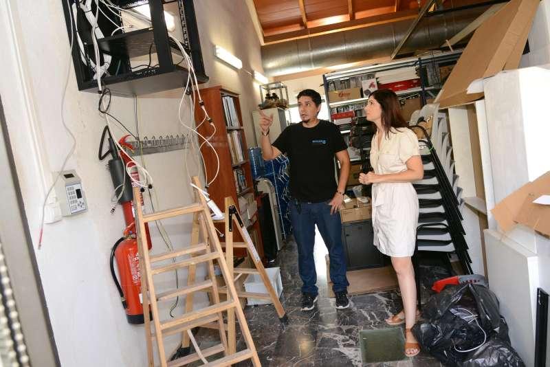 Maribel Albalat supervisando las instalaciones del Museu. EPDA