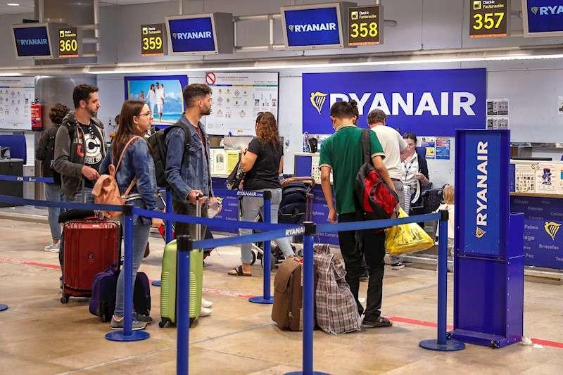 Varias personas en los mostradores de facturación de la compañía aérea Ryanair. EFE/Archivo