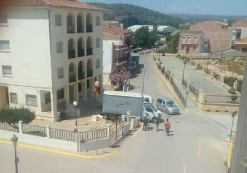 Camión empotrado en el cuartel de la Guardia Civil.