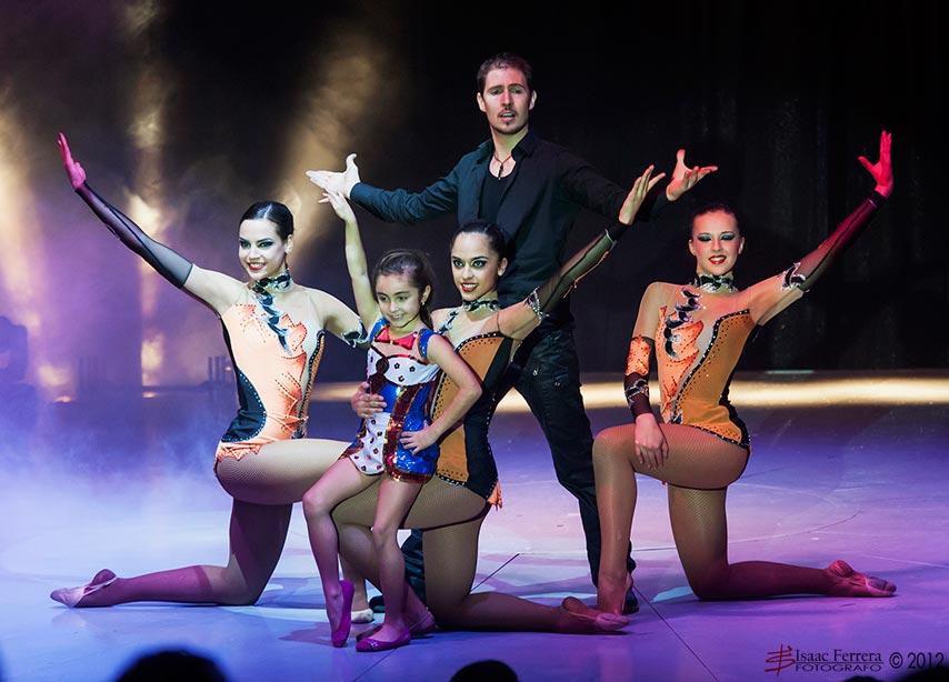 El cuerpo de baile tras una actuación. FOTO ISAAC FERRERA