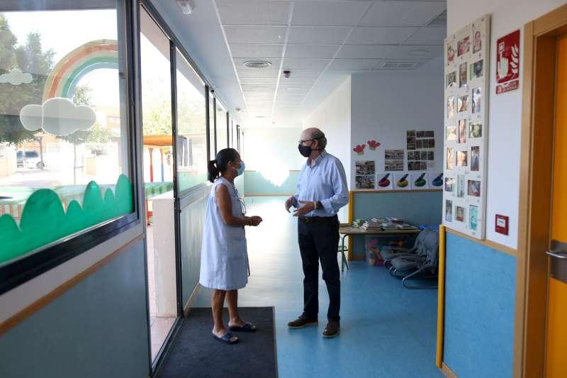 El concejal de Educación, Manuel Chover, ha visitado la Escoleta Xiquets acompañado de la Coordinadora de las Escoletas. / EPDA