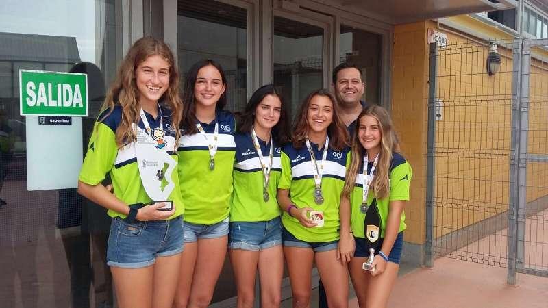 El concejal de Deportes con las deportistas. FOTO EPDA