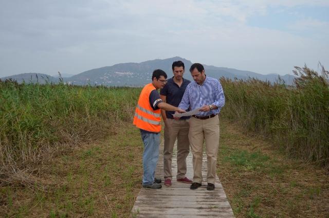 Los concejales Sergio Muniesa y Paco Villar, durante su visita a la marjal. FOTO: EPDA
