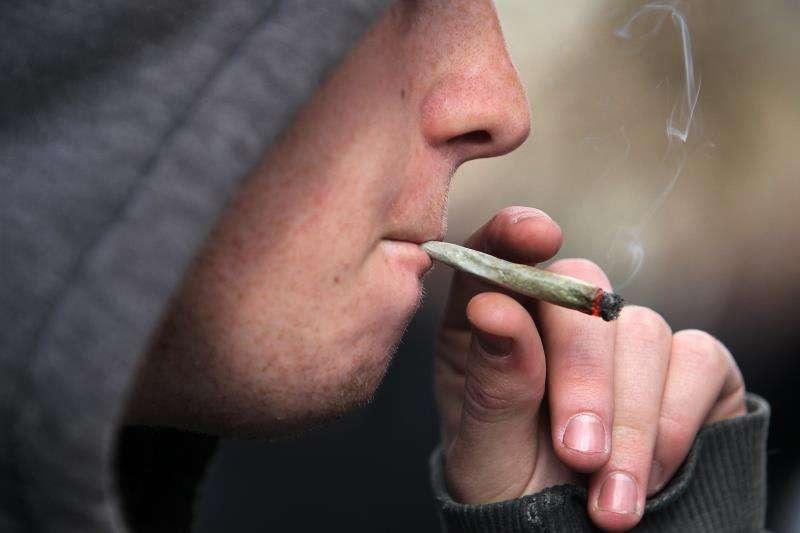 Un joven fuma un porro. EFE/Archivo