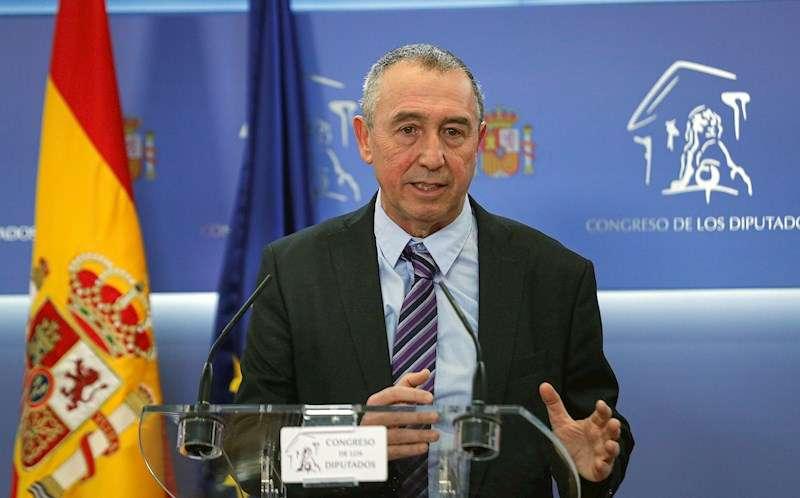El diputado Joan Baldoví, de Més Compromís, durante la rueda de prensa ofrecida este martes en el Congreso. EFE/Emilio Naranjo