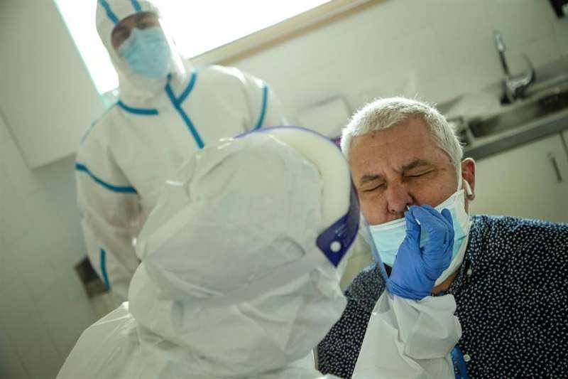 Profesionales sanitarios realizan test PCR en los Centros de Atención Primaria. EFE