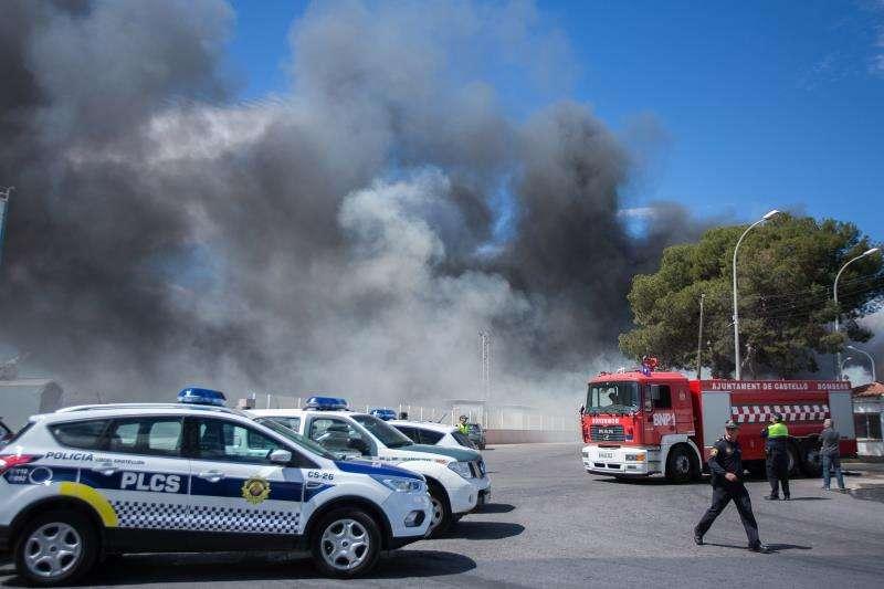 Efectivos del Consorcio Provincial de Bomberos de Castellón están trabajando en la extinción de un incendio que afecta al almacenamiento exterior de una planta de reciclajes de Almassora y que está ocasionando un humo negro y tóxico, aunque su evolución es favorable. EFE