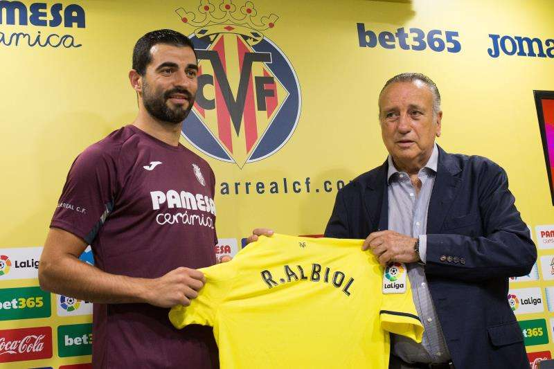 El jugador internacional Raúl Albiol, junto al presidente del Villarreal, Fernando Roig, durante su presentación como jugador del Villarreal. EFE