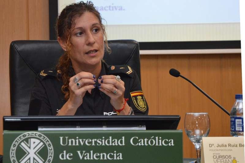 La policía y psicóloga Julia Ruiz durante el acto en la UCV