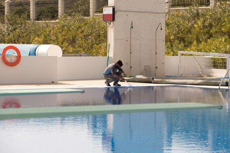 Una persona toma muestras del agua de una piscina. EFE/Archivo