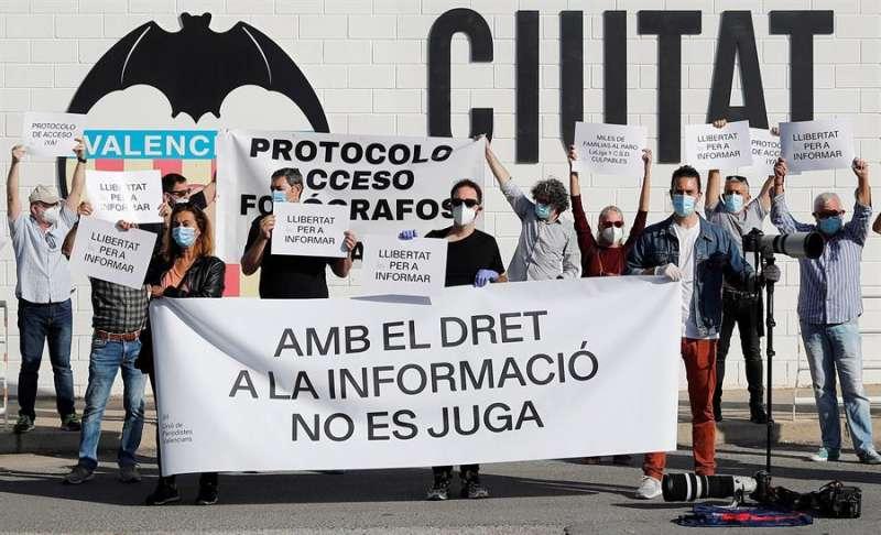 Fotoperiodistas deportivos se concentran en las instalaciones de la Ciudad Deportiva del Valencia CF, convocados por la Uni� de Periodistes Valencians para reclamar el acceso a los entrenamientos y partidos de LaLiga. EFE/Manuel Bruque