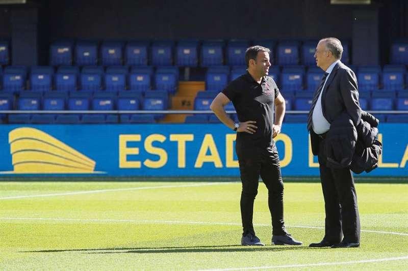 Javier Calleja, técnico del Villarreal, y Fernando Roig, presidente del Villarreal, sobre el césped antes de comenzar un partido de La Liga. - EFE