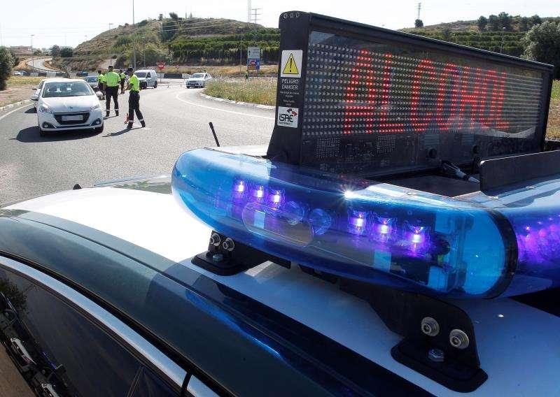 Agentes de la Guardia Civil de Tráfico realizan un control de alcoholemia y drogas dentro de la campaña de concienciación