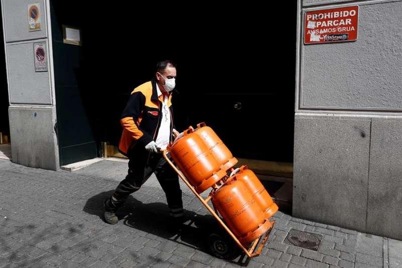 Un repartidor de butano trabaja con una mascarilla. EFE/Mariscal/Archivo