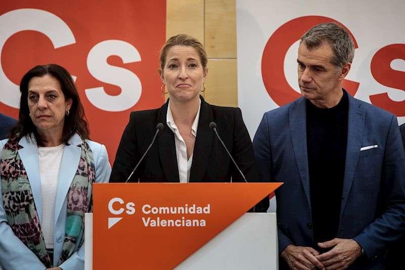 La candidata de Ciudadanos al Congreso de los Diputados por Valencia, María Muñoz (c), junto al líder de Ciudadanos en València, Toni Cantó (d), tras el resultado de la elecciones generales. EFE/Biel Aliño