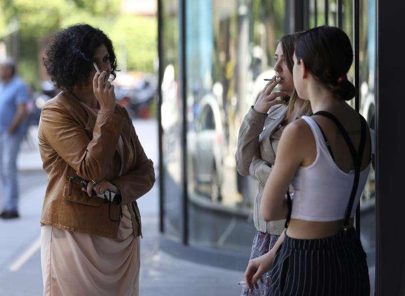 Tres mujeres fuman en el exterior de una empresa. EFE/Archivo