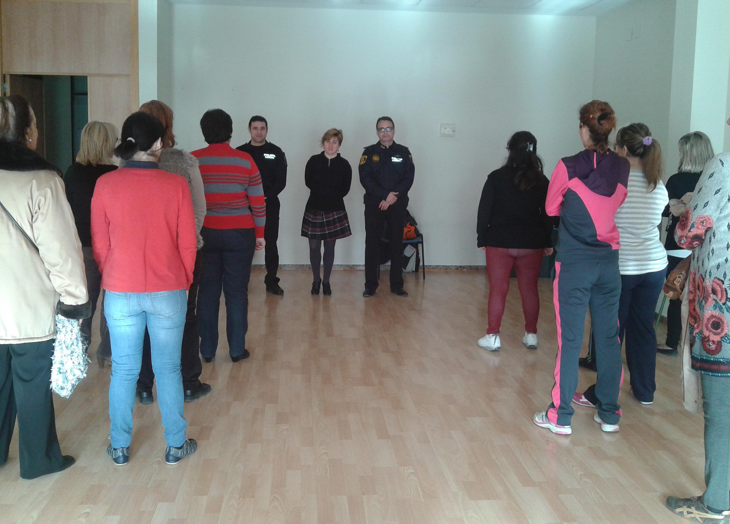La concejala Sara Álvaro, el Intendente Principal Jefe de la Policía y el agente que imparte las clases frente a las participantes durante la primera sesión. EPDA