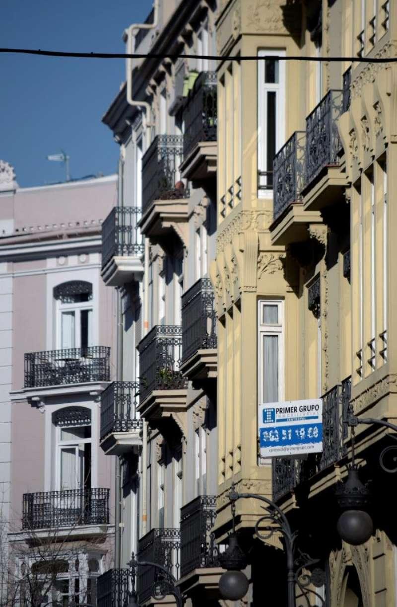 Edificio de viviendas en València con el cartel de una inmobiliaria. EFE/Archivo