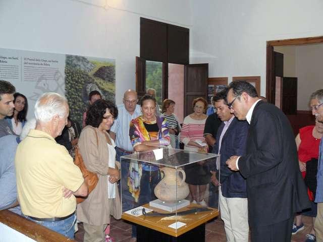 Helena Bonet, directora del museo de Prehistoria, en la inauguración junto al diputado provincial y al alcalde. FOTO: DIVAL