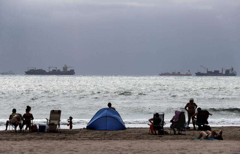 Varios personas disfrutan del día en la playa de Pinedo de Valéncia. EFE/Archivo