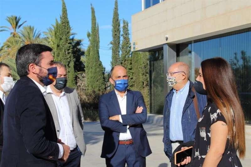 En la imagen, compartida por la Generalitat, la consellera de Agricultura, Mireia Mollà, mantiene en Alicante una reunión con su homólogo murciano, Antonio Luengo, y con los presidentes del Sindicato Central de Regantes del Acueducto Tajo-Segura y de la Comunidad de Riegos de Levante.