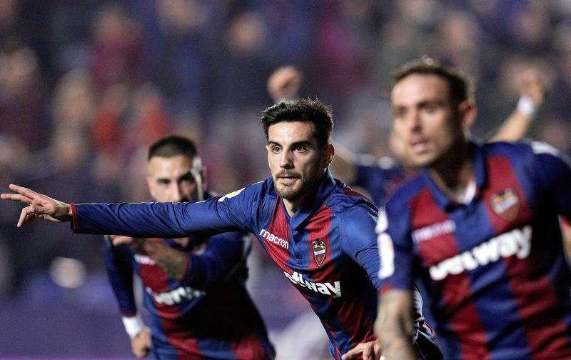El jugador del Levante, Chema Rodríguez (c), celebra el primer gol marcado al Athletic de Bilbao durante el partido de Liga en el estadio Ciutat de València. EFE