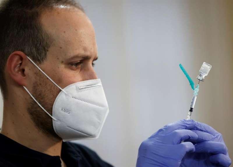 Un sanitario prepara una vacuna. EFE/ Jesús Diges/Archivo